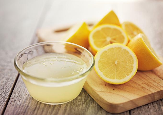 レモン果汁とレモンの輪切り
