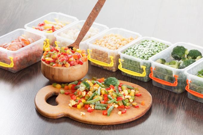 保存容器に入った冷凍野菜と、まな板の上の冷凍野菜