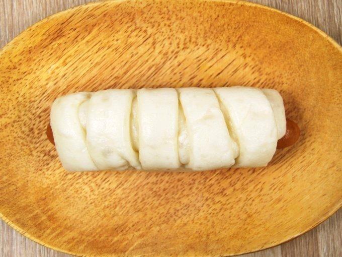 皿に移した「糖質オフのふっくらとしたポークウインナーとチーズのロール」の画像