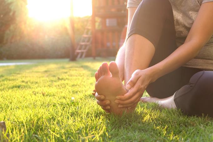 足を持つ女性の画像