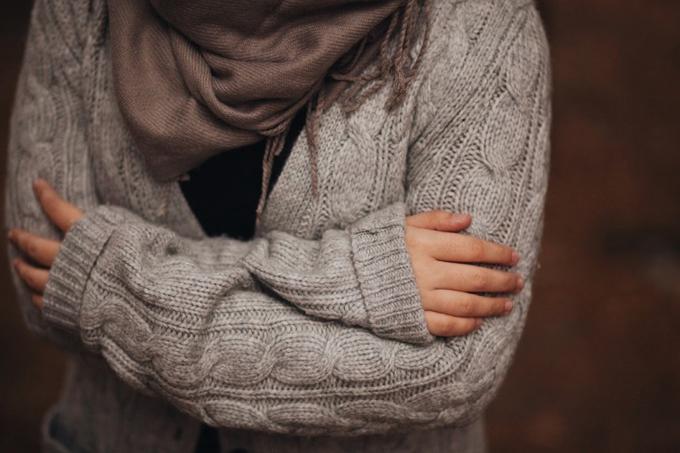 悪寒が走っている女性