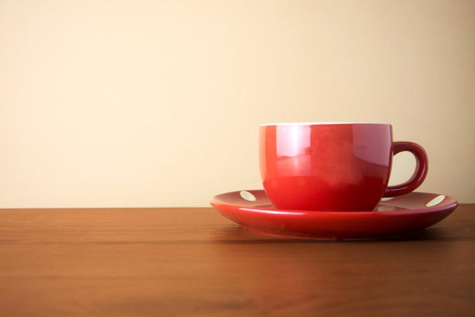 テーブルの上にある赤いコーヒーカップの画像