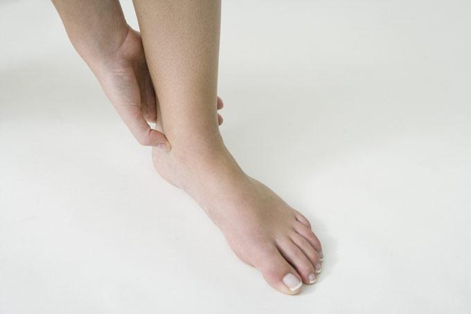 女性の足首の画像
