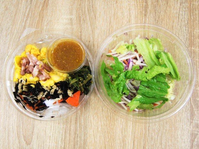 容器のふたを外した「おかずサラダ かぼちゃサラダとベーコン」の画像
