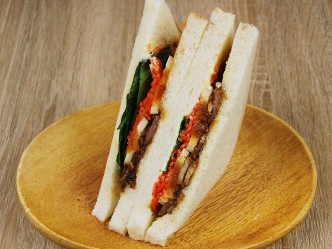 お皿に移した「ファミマプレミアムサンド 炙り焼豚のサンド」の画像