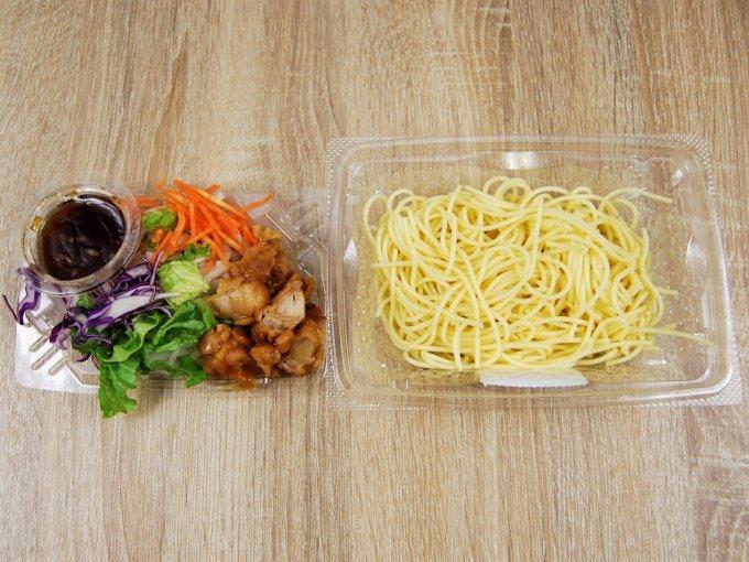 容器のふたを外した「若鶏の唐揚げパスタサラダ」の画像