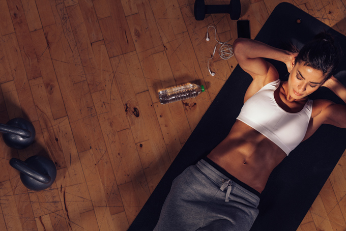 腹筋をする女性の画像