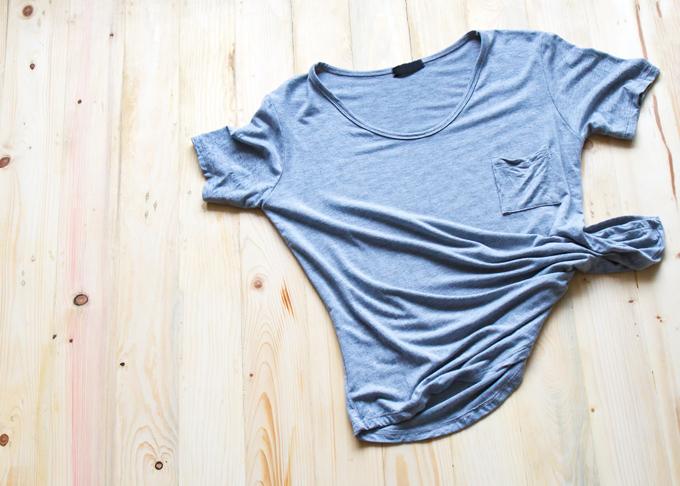 床に置かれたグレーのTシャツの画像