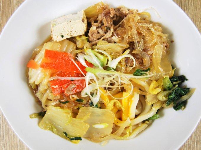 皿に移した「牛すき鍋(うどん)」の画像