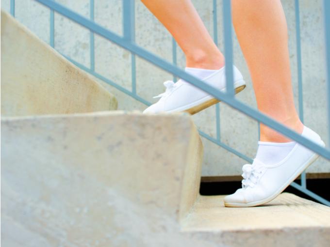 階段を上る足元