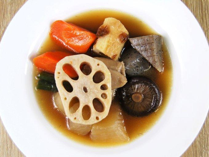 お皿に移した「8種具材の野菜の煮物」の画像