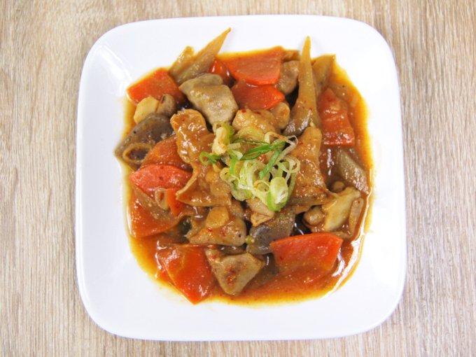 お皿に移した「国産豚のピリ辛もつ煮」の画像