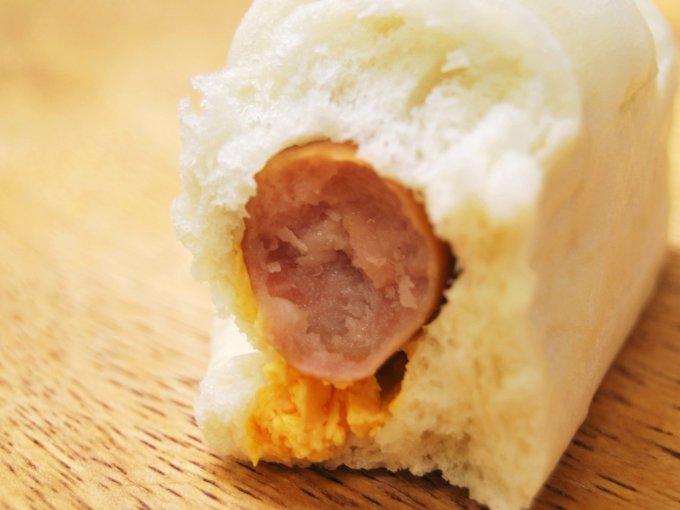 カットした「糖質オフのふっくらとしたポークウインナーとチーズのロール」の画像