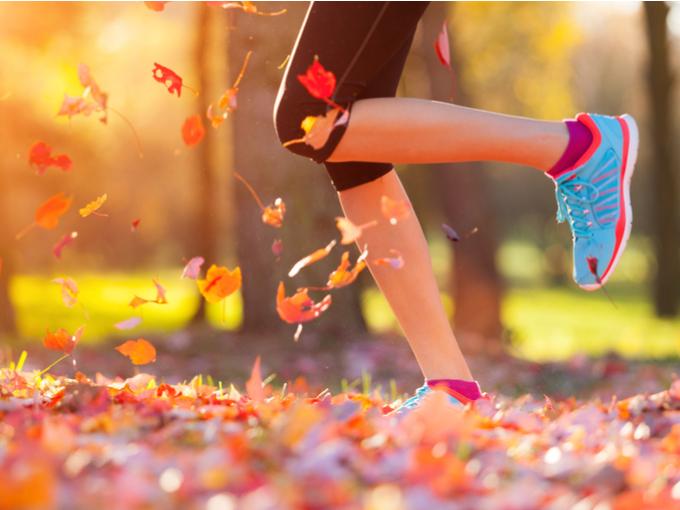 外を走る女性の足元