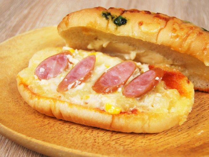 お皿に移した「ピザドッグ(ポテト&ソーセージ)」のアップ画像