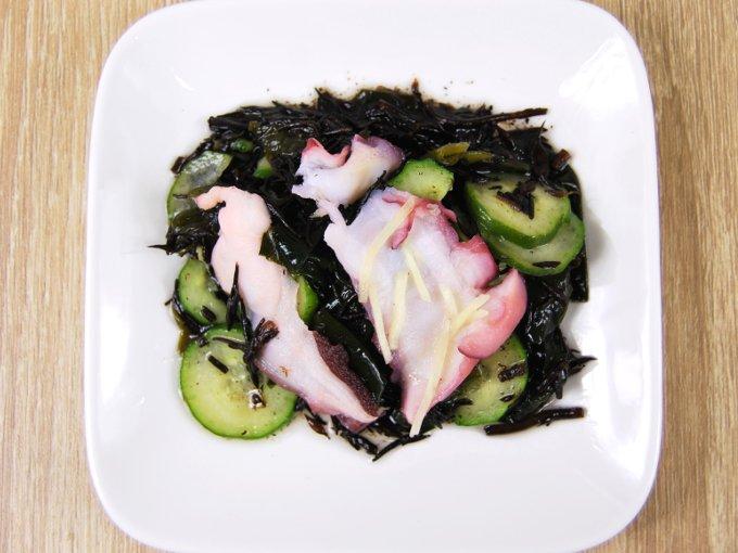 皿に移した「たこと海藻のさっぱり和サラダ」の画像