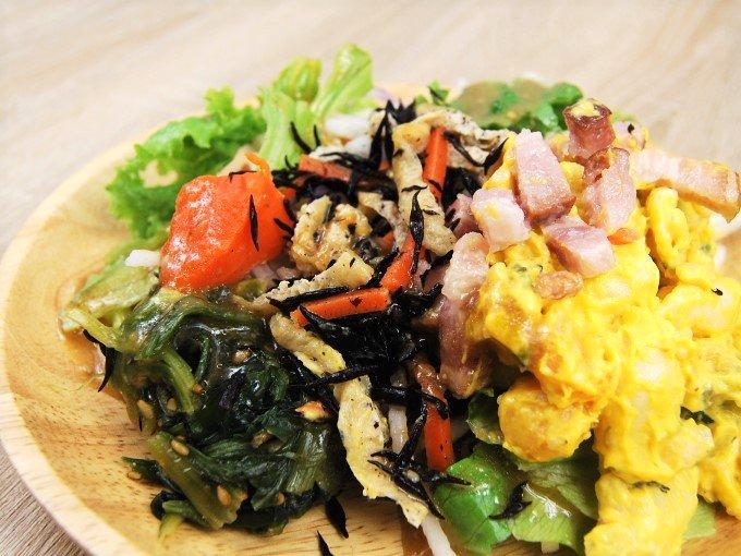 お皿に移した「おかずサラダ かぼちゃサラダとベーコン」の画像