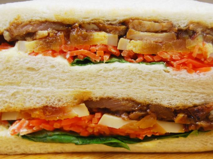 「ファミマプレミアムサンド 炙り焼豚のサンド」断面図の画像
