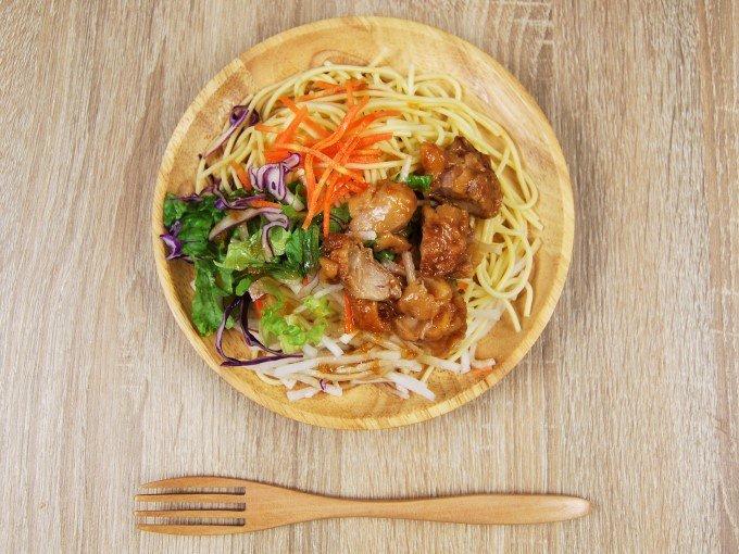 お皿に移した「若鶏の唐揚げパスタサラダ」の画像