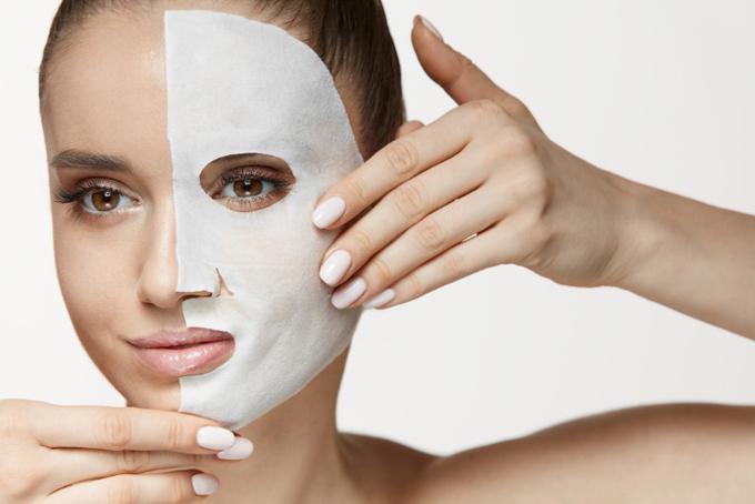 顔半分にシートマスクをする女性