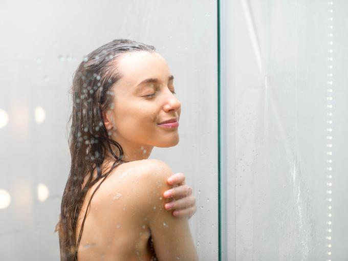 女性がシャワーを浴びている画像