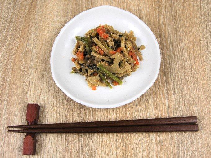 お皿に移した「根菜の胡麻和え」の画像