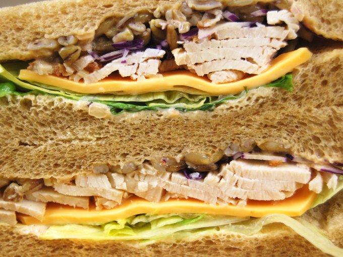 「全粒粉サンドローストチキンと野菜ミックス」断面図の画像
