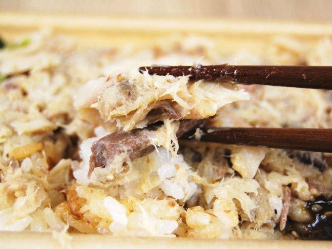 お箸で具材を持ち上げた「塩麹仕立てのあじ御飯」の画像
