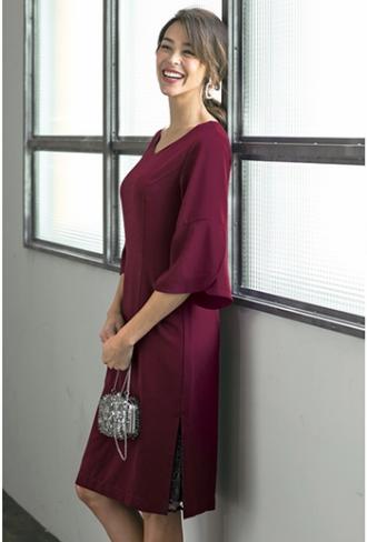 フリル袖レーススリットドレスを着た女性