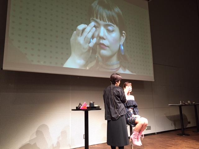 アイシャドウを使ってメイクする渋沢知美さん