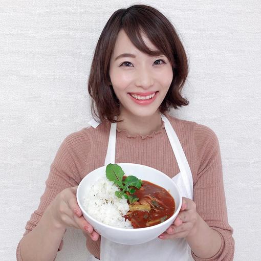 ハヤシライスをもつ女優の佐藤晴菜さん