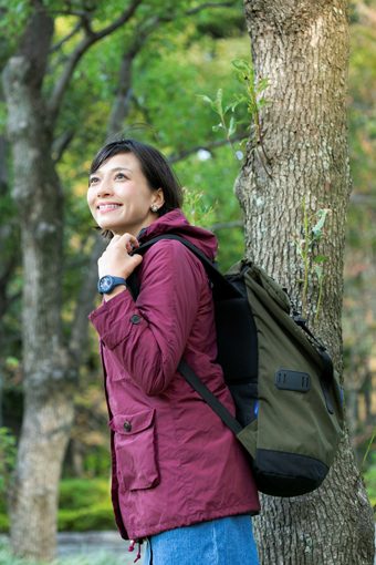 登山で景色を見る芳美さん