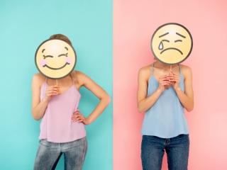 笑顔のお面と泣いているお面の2人