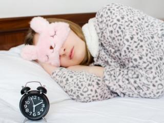 防寒をして寝ている女性