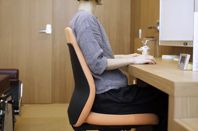 姿勢よく座っている女性