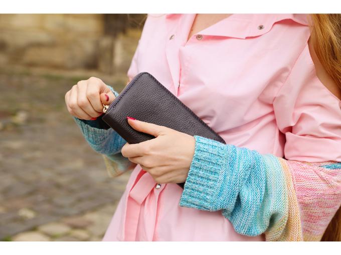長財布を持っている女性の手元画像