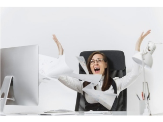 書類の山にまみれる女性