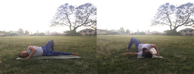 左うつ伏せで体を右側に倒してストレッチをしているアンジェラさん1 右うつ伏せで体を右側に倒してストレッチをしているアンジェラさん2