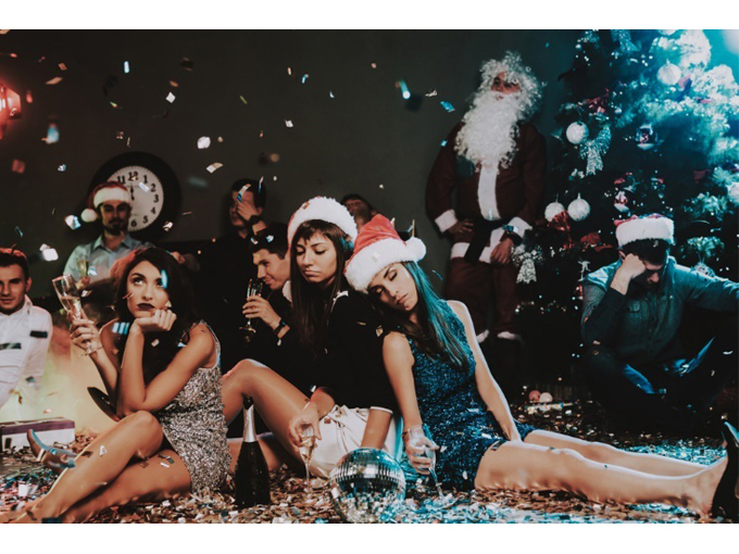 クリスマスパーティで疲れ果てた女性たち