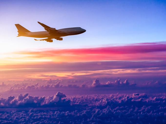 キレイ景色雲の上を飛ぶ飛行機の画像