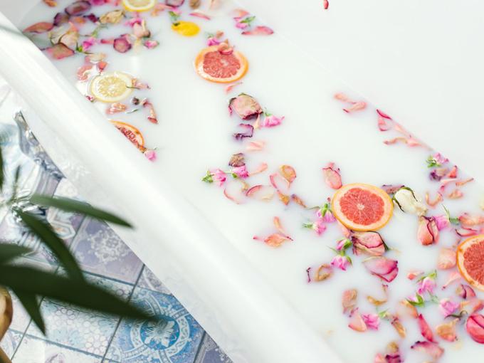 お風呂にフルーツが浮いている画像