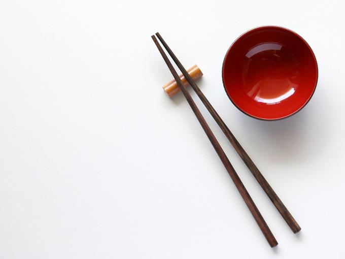 箸とお椀の女性