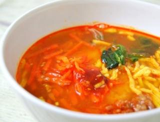 スープにおにぎりを丸ごとイン!? コチュジャンの辛みがクセになる「ユッケジャン風スープ」がファミマに登場