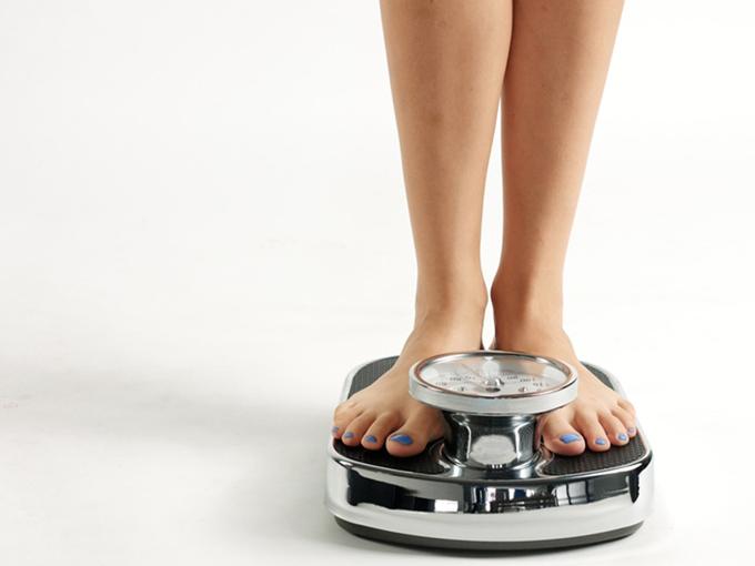 体重計にのっている女性