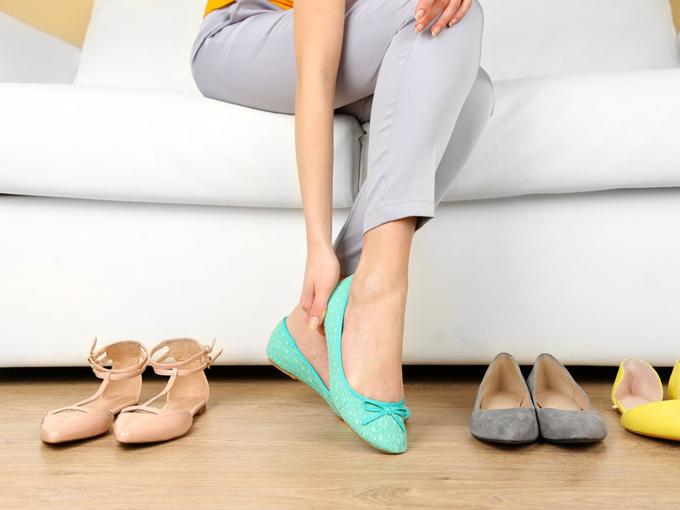 靴を履く女性の足元の画像