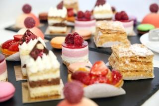 たくさんのケーキの画像