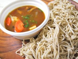 ローソンの新作は、根菜をモリモリ食べられる「あったかつゆで食べるけんちんつけ蕎麦」