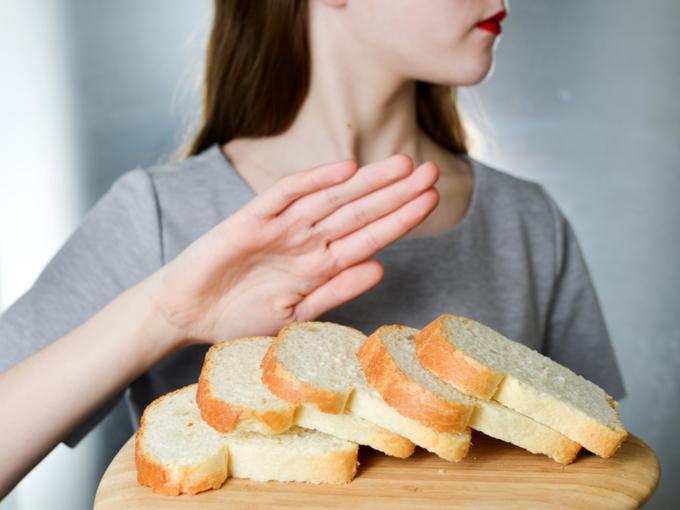 パンを拒否している女性の画像