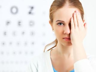 視力検査をしている女性の画像