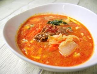 """""""牛肉ダシダ""""を使用した本格スープがファミマに登場!野菜のシャキシャキ感がアクセントの「コク旨! 牛カルビクッパ」"""